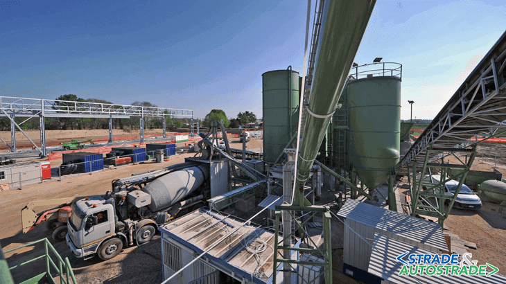 L'impianto per la produzione di calcestruzzo che comprende anche una serie di silos contenenti la materia prima