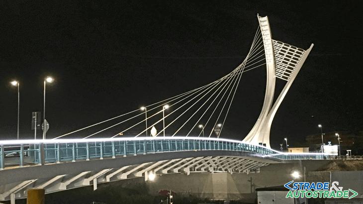 Vista notturna del ponte e del raccordo ciclopedonale Est funzionale alle opere di armonizzazione al parco fluviale
