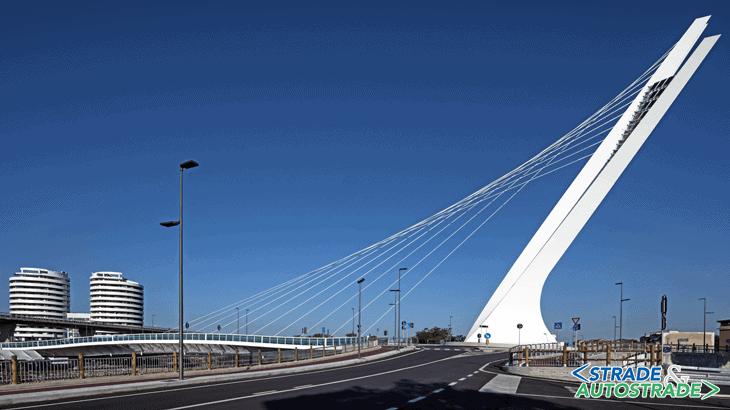 Il ponte Ennio Flaiano in contrapposizione alle torri gemelle Camuzzi