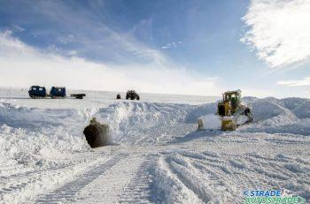 Al lavoro dentro il Langjökull