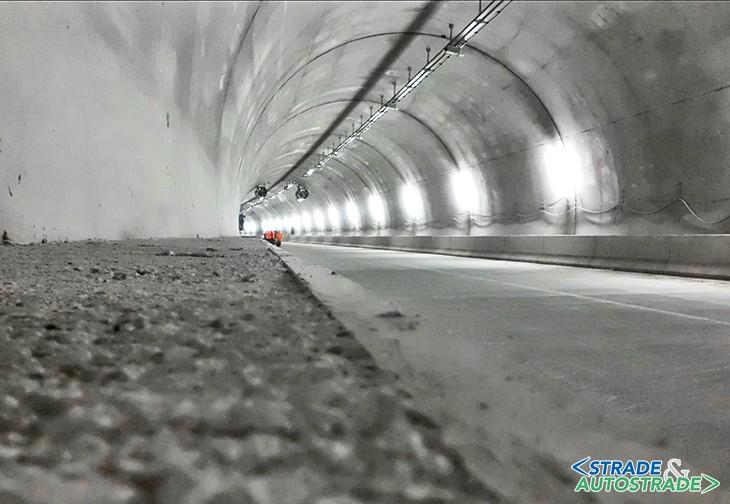 Una galleria stradale con pavimentazione in calcestruzzo